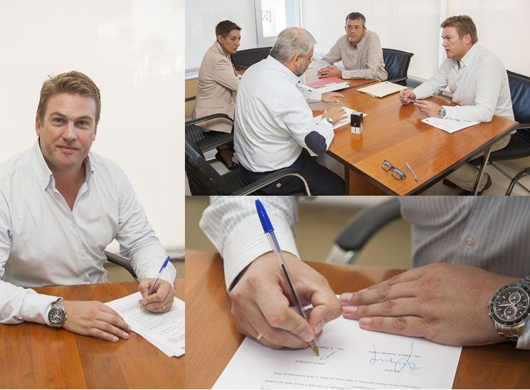 El Director Técnico de Hogar Seco, Dwight Lindstrom, en el momento de la firma del contrato.