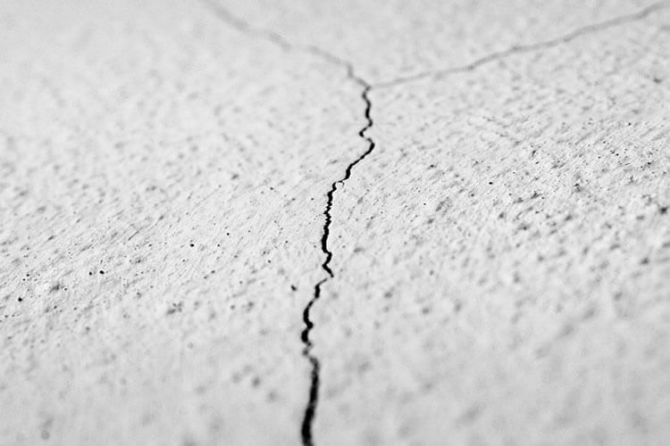 grieta que produce filtraciones en paredes